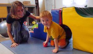 Enfant en salle de psychomotricité